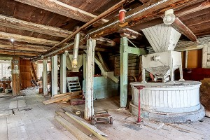 Kvarnmaskineriet är intakt från 1990 då kvarnen togs ur bruk